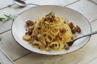 Spaghetti mit Pilzen und Mandeln